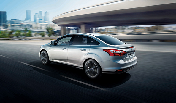 Novo-Ford-Focus-2014-sedan-prata-lateral longe